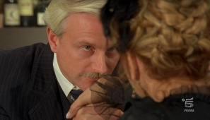Handkuss - vielleicht beim Date mit reichen Maenngern und Frauen
