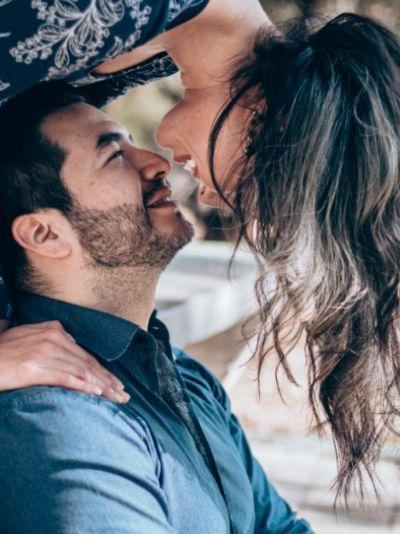 glückliche Beziehung romantische Überraschung Mann verliebt machen verliebt trotz Beziehung Liebe Liebestests Küssen beim Date wie geht flirten