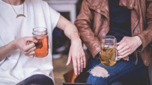 Altersunterschied neue Freunde finden Freundschaft zwischen Man und Frau Beziehung langweilig Micro Cheating gut aussehende Männer Flirten für Anfänger schüchterne Männer