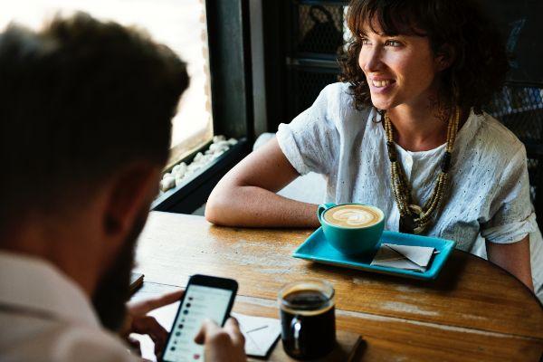 Blind Date Fragen über Fragen wie finde ich eine Frau Flirtsignale Mann