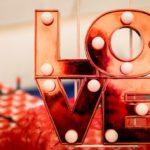 Lustige Liebessprüche: Zaubere dem anderen ein Lächeln ins Gesicht