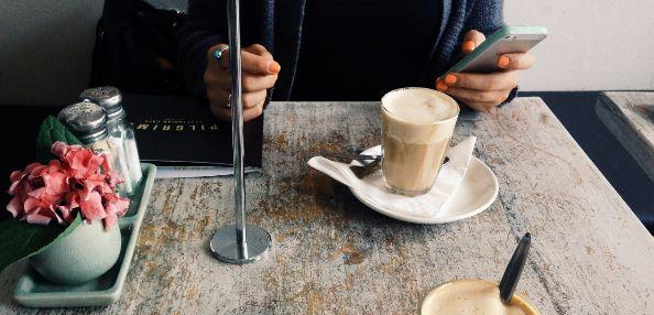 kostenlose Singlebörse mit Kellnerin flirten Handy Knigge sie schreibt nicht zurück Flirten im Chat versetzt werden