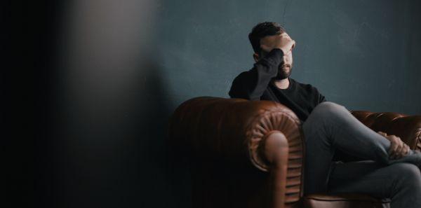 Trennungsgründe unglücklich in der Partnerschaft Entfremdung Minderwertigkeitskomplex emotionale Erpressung Mobbing am Arbeitsplatz Midlife Crisis Haarausfall Ursache Angst überwinden gemischte Gefühle Einsamkeit überwinden
