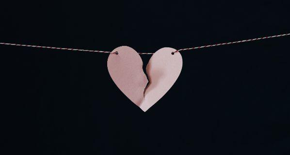 Anzeichen für Untreue Trennung auf Zeit Scheidung einreichen gebrochenes Herz Liebeskummer Trennungsgründe Herz gebrochen er liebt mich nicht mehr