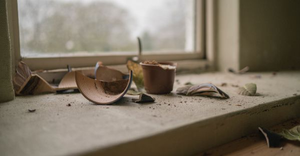 Scheidung einreichen Anzeichen für Untreue Ghosting Herz gebrochen einsam trotz Beziehung gescheiterte Beziehung unglücklich sein Beziehung retten oder beenden Trennung überstehen Generation beziehungsunfähig Phasen einer Trennung Liebeskummer