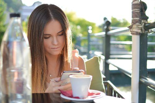Dating App WhatsApp Sex Tinder App Partnersuche im Netz kostenlose Singlebörse Finya Partnersuche online kostenlose Singlebörse Bumble Tinder Dating online flirten verliebt in die beste Freundin