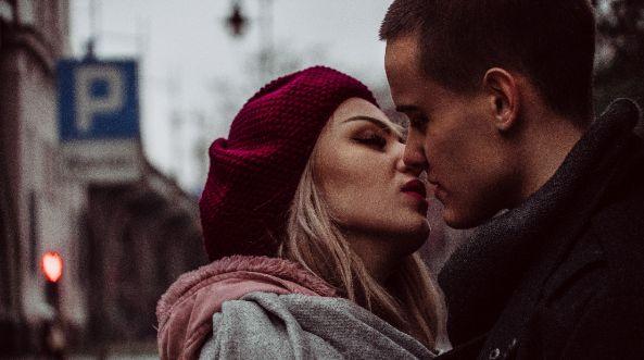 Fuckboy Küssen beim Date Männer kennenlernen