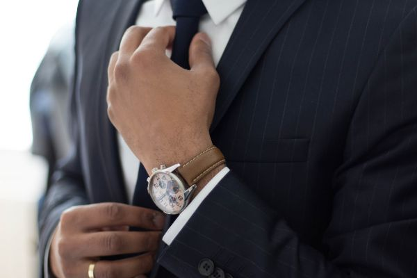 männlicher werden Männeruhr Frauen beeindrucken Ausstrahlung verbessern