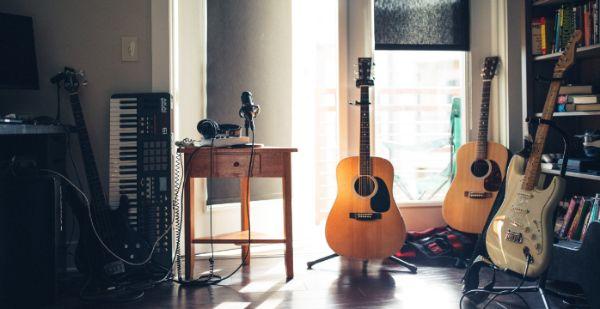 Gitarre spielen ist maskulin und männlich und sehr attraktiv