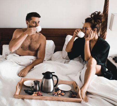 Das Romantik Wochenende mit einem Fruehstueck im Bett beginnen