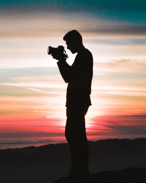 Hobbys für Männer wie Fotografieren oder Grillen