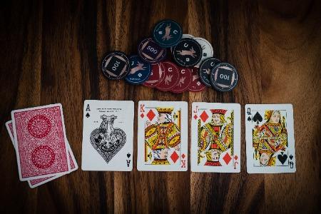 Croupière legt im Live Casino eine Spielkarte aufs Board