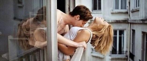 Du möchtest wissen, wie man erotisch küssen kann? Wir verraten es dir