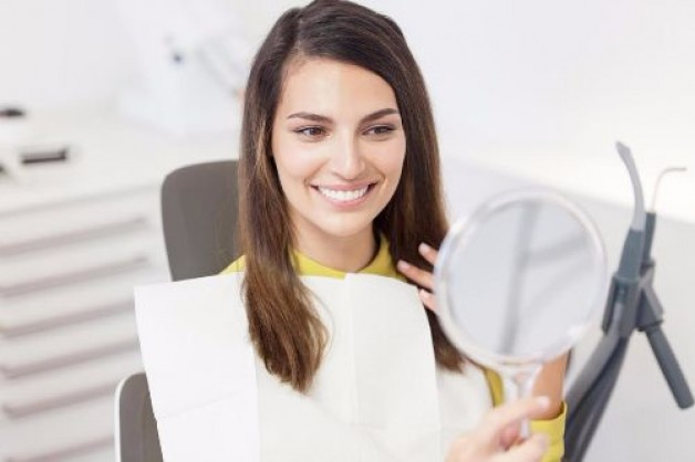 Schöne Zähne dank Veneers: Lohnen sich die hohen Operations Kosten für das perfekte Lächeln?