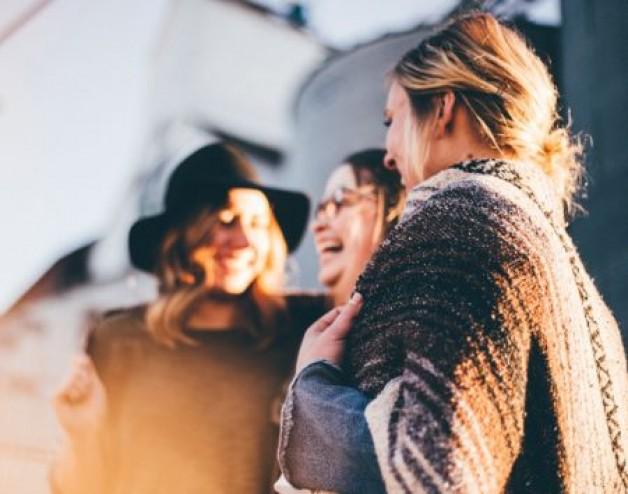 Wie Flirten Frauen mit Männern? Wie du ihre Flirtsignale erkennst